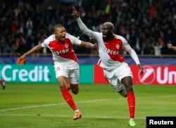 L'AS Monaco Tiemoue Bakayoko fête le 3e but avec Kylian Mbappe-Lottin, lors du match contre Manchester City, le 15 mars 2017.