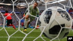 Kiper Jerman Manuel Neuer bereaksi setelah Kim Young-gwon Korea Selatan mencetak gol pembuka timnya selama pertandingan grup F antara Korea Selatan dan Jerman, pada Piala Dunia 2018 di Arena Kazan di Rusia, 27 Juni 2018. (Photo: AP/Frank Augstein)
