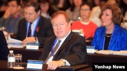 로버트 킹 미국 국무부 북한인권특사(가운데)가 11일 한국 서울에서 북한인권을 주제로 열린 '서울인권회의'에 참석했다.