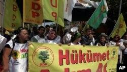 """Թուրքիայում բողոքի ցույց անցկացնող քրդերի պաստառի վրա գրված է. Kurds hold a banner that reads """" government, take steps """" during a protest in Ankara, Turkey. Kurdish rebels on Friday gave Turkey a """"final warning"""" to take steps that would move forward peace talks aimed at ending a 30-year old conflict that has claimed"""