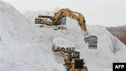 Công nhân đang dọn dẹp sau trận tuyết ở thành phố Framingham, bang Massachusets
