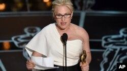 """Aktris Patricia Arquette menerima piala Oscar untuk aktris pembantu terbaik dalam film """"Boyhood"""" (22/2). (AP/Invision/John Shearer)"""