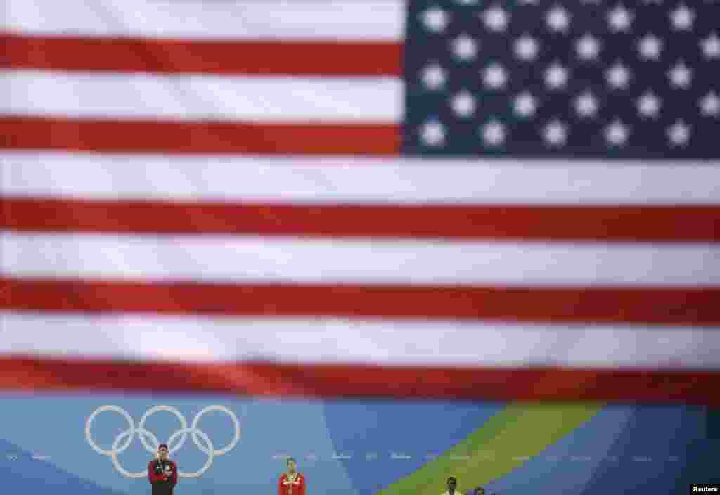Michael Phelps reçoit sa médaille d'or pour le 200 m nage papillon à Rio de Janeiro, Brésil, le 9 août 2016.