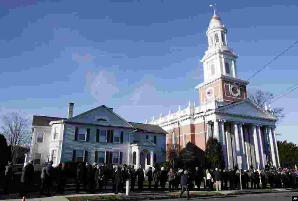 20일 총기사건 희생자들을 위한 추모 예배를위해 코네티컷주 단버리 시의 한 교회로 향하는 사람들.