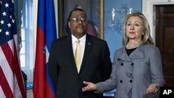 希拉里·克林頓與海地總理科尼會面。