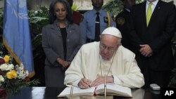 Đức Giáo Hoàng Phanxicô ký cuốn sách khách viếng thăm tại văn phòng khu vực của Liên Hiệp Quốc tại Nairobi, Kenya, ngày 26/11/2015.