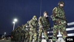 Tentara-tentara Marinir Korea Selatan berpatroli di pulau Yeonpyeong, Korea Selatan.