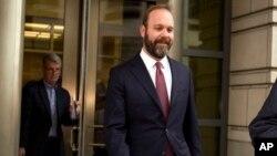盖茨2018年2月23日认罪后离开法院(美联社)