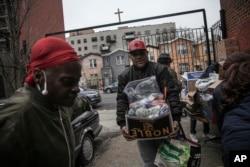 Penbagian bantuan pangan di St. Stephen Outreach, kawasan Brooklyn, New York, 20 Maret 2020. (Foto: dok)