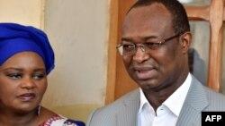 Anicet Georges Dologuele s'entretient avec des journalistes, aux côtés de sa femme, après avoir voté pour des élections législatives retardées et un second tour de scrutin présidentiel, dans un bureau de vote de Bangui, le 14 février 2016.