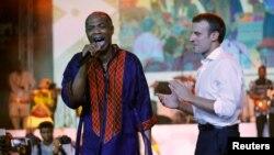 Le président français Emmanuel Macron sur scène avec le musicien nigérian Femi Kuti lors de sa visite au Shrine à Lagos au Nigeria, le 3 juillet 2018.