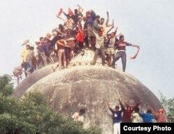 ہندو انتہاپسند بابری مسجد کے گنبد پر چڑھ کر اسے گرا رہے ہیں۔ 6 دسمبر 1992