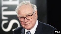 Warren Buffett, qui a donné une voiture, le produit de la vente devant être reversé à une ONG (VOA)