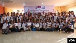"Community Youth Network at the annual reflection workshop on ""Result and Role of CYN in Raising Awareness on Safe Migration and Prevention of Human Trafficking in Cambodia"" on June 12, 2015, Phnom Penh. (Nov Povleakhena/VOA Khmer)"