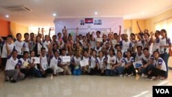 "File Photo: Community Youth Network take group photo​ at the annual reflection workshop on ""Result and Role of CYN in Raising Awareness on Safe Migration and Prevention of Human Trafficking in Cambodia"" on June 12, 2015, Phnom Penh. (Nov Povleakhena/VOA Khmer)"