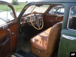 Note the window crank on the driver's-side door of this 1946 DeSoto. No automatic up-down button. No digital control. If you wanted air, you had to roll down the window yourself.