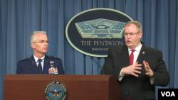美国国防部副部长罗伯特·沃克(Robert Work)(右)与参谋长联席会议副主席保罗·塞尔瓦(Paul Selva)上将宣布新财年国防预算( 2016年2月9日,美国之音黎堡拍摄)
