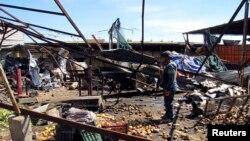 19일 이라크 바그다드의 폭탄 테러 현장에서 경찰이 경계 근무를 서고 있다.