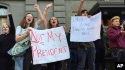 Protes pasca pemilihan presiden Amerika Serikat di Portland, Oregon, 9 November 2016. (AP Photo/Gillian Flaccus).