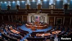 Ketua DPR Nancy Pelosi memimpin rapat DPR AS setelah para anggota parlemen berkumpul kembali menyusul penyerangan pendukung Presiden Trump di Gedung Kongres AS, Capitol Hill di Washington, D.C., 6 Januari 2021. (Saul Loeb / Pool via REUTERS)