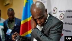 Umunyapolitiki Martin Fayulu yihanagura mu maso mbere yo kuvugana n'itangazamakuru ejo kuwa kane tariki ya 10 y'ukwa mbere 2019.