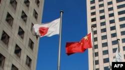资料照:大连市内楼群中飘扬的中日国旗。(2012年12月31日)