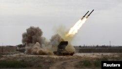 伊拉克保安部队在提克里特前线向伊斯兰国激进分子发射火箭弹 (资料照片 2015年3月28日)
