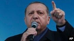 Presiden Turki Recep Tayyip Erdogan mengajak warga agar mendukung referendum, dalam kampanye di kota Rize, Turki, Senin (3/4).