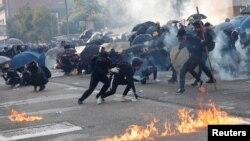 پولیسو د مظاهره چیانو پرضد چې اوښکې بهونکي گاز او د اوبو توپونه وویشتل. مظاهره چیانو په ځواب کې په پولیسو په کورونو کې جوړ پټرول بمونه وغورځول او د ښار په مرکزي برخه کې یې اور ولگولو