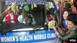 Menteri Pemberdayaan Perempuan dan Perlindungan Anak, Linda Amalia Sari (kanan), saat meresmikan operasional ambulans khusus untuk kesehatan perempuan di Solo (14/10).