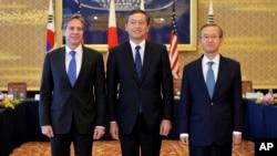 Dari kiri: Deputi Menlu AS Antony Blinken, Deputi Menlu Jepang Akitaka Saiki dan Deputi Menlu Korea Selatan Lim Sung-nam dalam pertemuan di Tokyo membahas nuklir Korut (foto: dok).