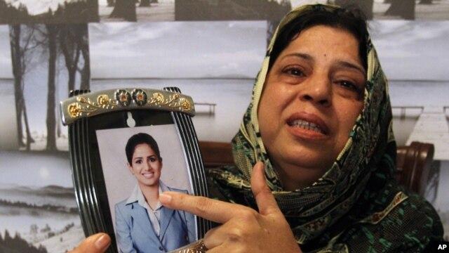 Hôm 26/9, bà mẹ người Pakistan Sarwari Begum cho báo chí xem hình con gái bà, cô Bushra Khalique, 27 tuổi, người được báo là đã mất tích sau vụ giẫm đạp tại lễ hành hương ở Ả Rập Xê-út.