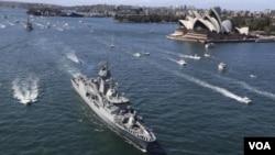 ກໍາປັ່ນລົບ HMAS pert ຂອງ ອອສເຕຣເລຍ ກໍາລັງແລ່ນຜ່ານ ໂຮງລະຄອນແຫ່ງຊາດ ທີ່ນະຄອນ Sydney.
