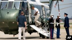 El presidente de Estados Unidos, Barack Obama, cumple 52 años este domingo 4 de agosto y viajó en el helicóptero oficial, Marine I para reunirse con su familia en Camp David y celebrar la fecha con la primera dama Michelle Obama, y sus hijas Malia y Sasha.