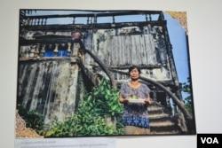 រូបថតមួយនៅក្នុងកម្មវិធីពិព័រណ៍រូបថត «អគារបេតិកភណ្ឌដែលត្រូវគេមើលរំលង» នៅ The Factory Phnom Penh ក្នុងក្រុងភ្នំពេញ និងធ្វើឡើងពីថ្ងៃទី១០ ដល់ថ្ងៃទី១២ ខែសីហា ឆ្នាំ ២០១៩។ (ណឹម សុភ័ក្រ្តបញ្ញា/VOA)