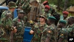 ສິບເອກ ກຳລັງພິເສດ ສຫລ ພວມໂອ້ລົມກັບພວກທະຫານ ຈາກສາທາລະນະລັດອາຟຣິກາກາງ ແລະປະເທດອູການດາ ທີ່ ເມືອງໂອໂບ ບ່ອນທີ່ກຳລັງພິເສດ ພວມປະຕິບັດງານ ຮ່ວມກັບກຳລັງທ້ອງຖິ່ນ ແລະອູການດາ ເພື່ອຕາມລ່າ ກຳລັງ LRA ຂອງທ້າວ Joseph Kony.