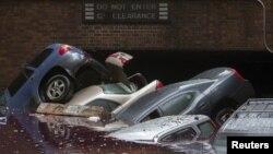 Mobil-mobil di kawasan Manhattan, New York bergelimpangan dan terendam oleh air banjir hari Selasa (30/10).