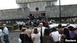 Ljudi okupljeni ispred zgrade Vrhovnog suda, nakon što su evakuisani iz svojih zgrada posle zemljotresa u San Hoseu, 5. septembra 2012.