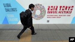 Một người đàn ông tại cuộc họp chung thường niên của Quỹ Tiền tệ Quốc tế và Ngân hàng Thế giới, 10/10/2012