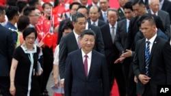 Presiden China Xi Jinping (tengah, depan) tiba di bandara Hong Kong, 29 Juni 2017.