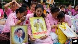 13일 태국 국민들이 푸미폰 아둔야뎃 국왕이 사망한 방콕의 병원 앞에서 애도를 표하고 있다.