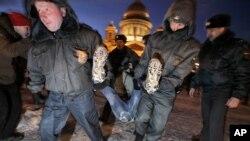Rusya'da polis tarafından götürülen bir gösterici (Mart 2012)