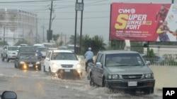Las calles en Kingston, Jamaica, han sido inundadas por las fuertes lluvias del huracán Matthew.