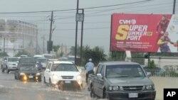 Lalu lintas kendaraan di pusat kota Kingston, Jamaika, saat diguyur hujan lebat, 2 Oktober 2016 (AP Photo/Collin Reid).