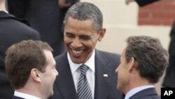 美國總統奧巴馬(中)參加八國集團峰會﹐在會場內與俄羅斯總統梅德韋傑夫(左)和法國總統薩科齊(右)碰面