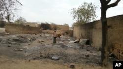 Seorang warga berdiri mengamati sisa-sisa pertempuran di Baga, Nigeria (21/4).