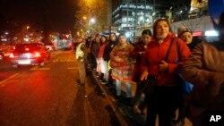 Santiago'da sokağa dökülen halk