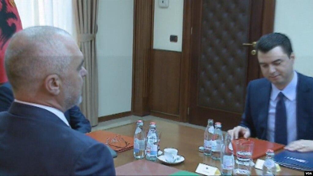 Analistët: Mungesë transparence nga partitë politike në Shqipëri