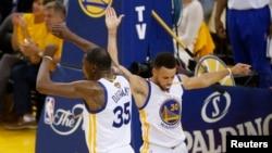 Stephen Curry et Kevin Durant lors de la finale NBA 2017 à Oakland, Etats-Unis le 4 juin 2017. (Cary Edmondson / USA TODAY Sports)