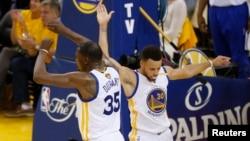 Stephen Curry (30) et Kevin Durant (35) de State Warriors jubilent au cours de la deuxième mi-temps lors du match de la finale contre le Cleveland Cavaliers, Oracle Arena, Oakland, CA, 4 juin 2017.